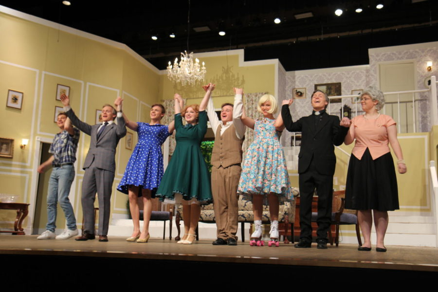 The+entire+cast+of+%22Leading+Ladies%22+poses+at+Curtain+Call.