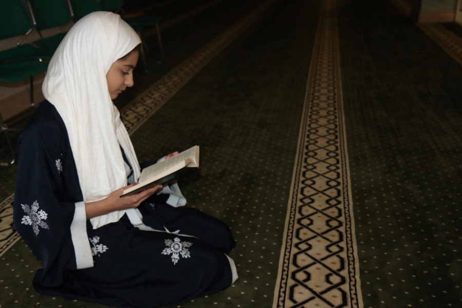Lana+Megdad%2C+sophomore%2C+reads+the+Quran+at+the+Dar+Ul-Islam+mosque.+