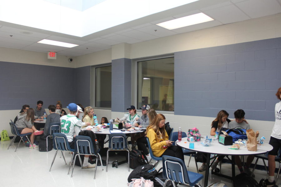 Students gather to eat lunch. Flex Time gives students many opportunities to join clubs, work on homework and eat lunch.