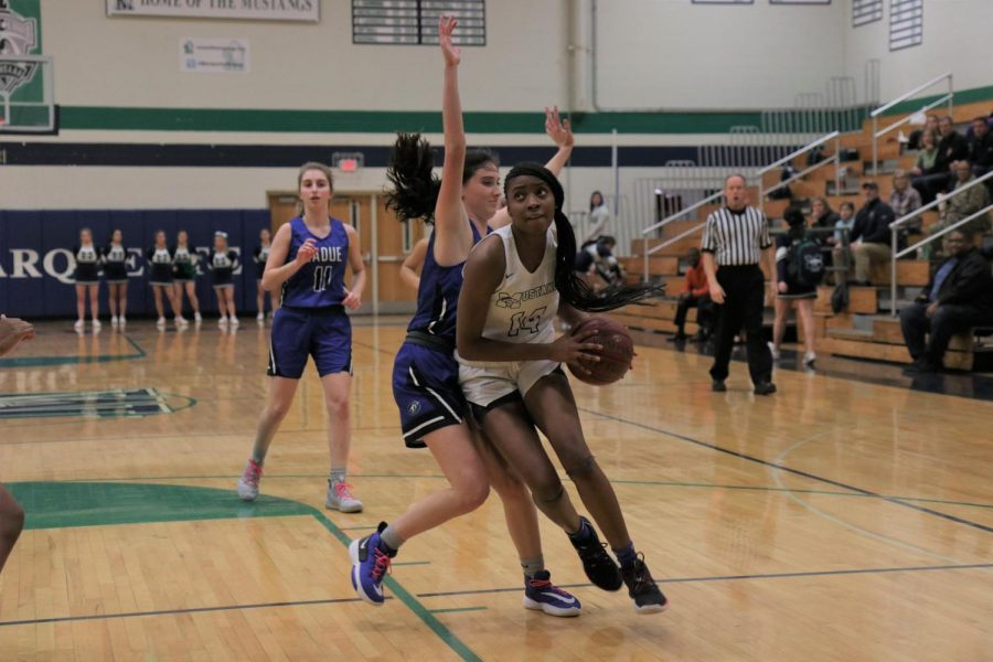 Kennedi+Watkins%2C+junior%2C+drives+to+the+basket+against+a+defender.+Watkins+scored+27+points+in+the+loss+to+Ladue+on+January+22.